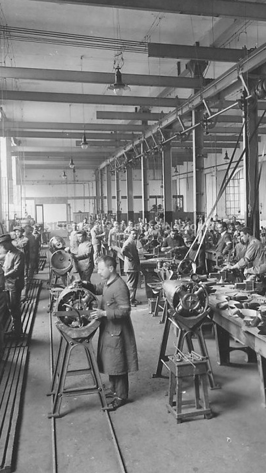 Operai della Breda al lavoro nel reparto di produzione di siluri durante la Prima guerra mondiale, 1915-1918 (Fondazione Isec, fondo Breda)
